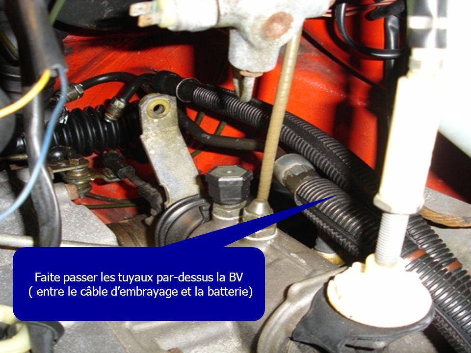 Faite passer les tuyaux par-dessus la BV ( entre le câble d'embrayage et la batterie)