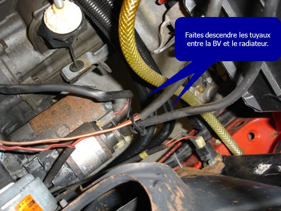 Faites descendre les tuyaux entre la BV et le radiateur.