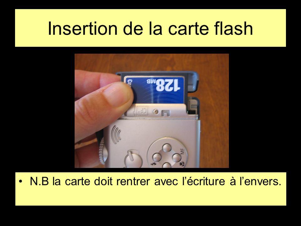 Insertion de la carte flash •N.B la carte doit rentrer avec l'écriture à l'envers.