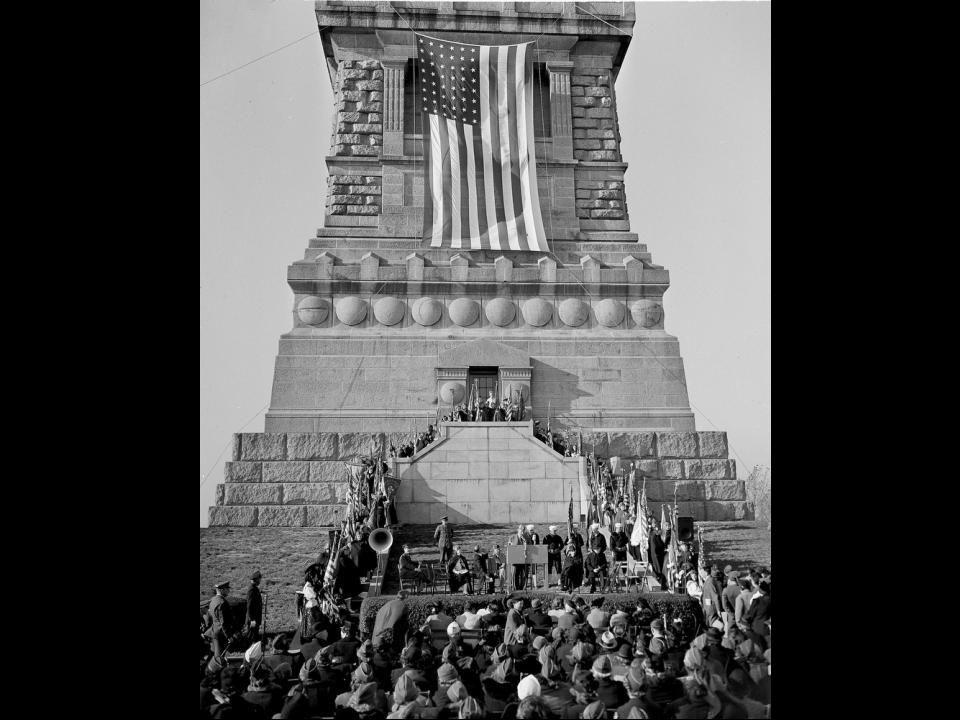On peut voir des célébrations du 55e anniversaire de la Statue de la Liberté, du 28 Oct. 1941. Un drapeau d`apparat, 20 X 38 pieds, remis par les Vete