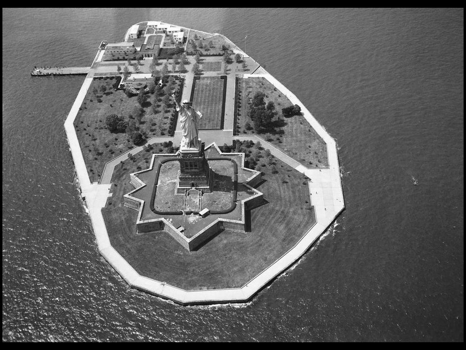 Sur le transbordeur de l`Armée les emmenant de Staten Island à Manhattan, au cours de leur visite d`un jour à New York, le 21 oct. 1957 et alors que l