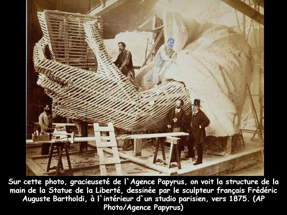 Créée à Paris par le sculpteur français Bartholdi, en collaboration avec Gustave Eiffel (responsable de l`armature d`acier), cette tour monumentale à