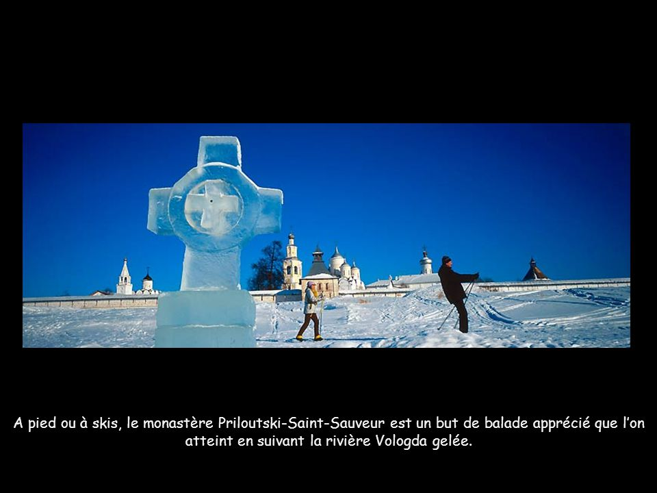 A pied ou à skis, le monastère Priloutski-Saint-Sauveur est un but de balade apprécié que l'on atteint en suivant la rivière Vologda gelée.