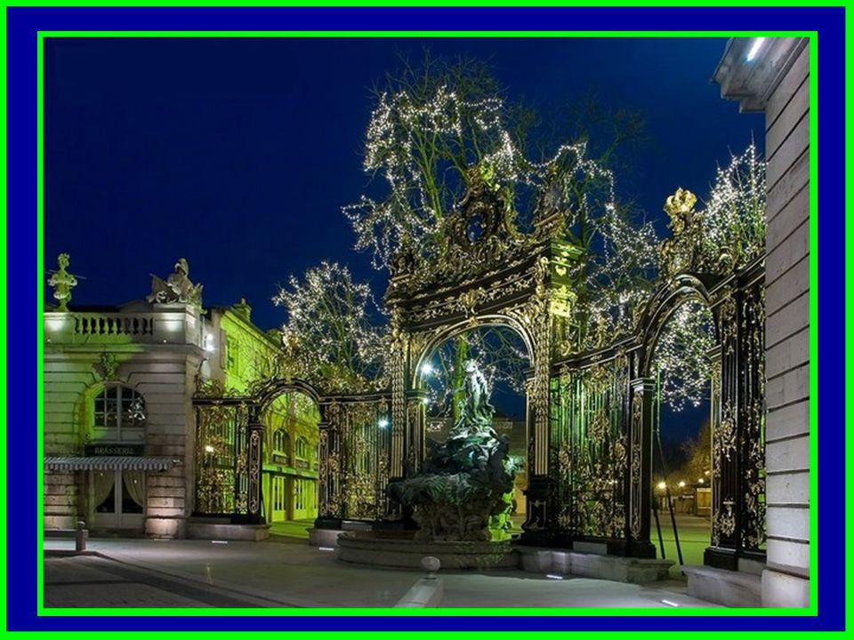 Les grilles de Jean Lamour qui unissent les batiments les uns aux autres par leurs décors témoignent, avec les Fontaines d'Amphitrite et de Neptune ré