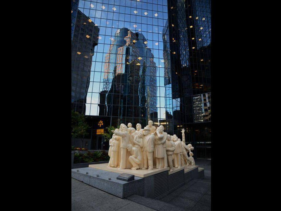 Sept heures et de mi de Montréal…..c'est plein d'immigrants Ça se lève de bonne heure, ce monde là… Le vieux cœur de la ville battrait-il encore grâce à eux… Ce vieux cœur de la ville avec ses spasmes, ses embolies, ses souilles au cœur Et tous ses défauts..