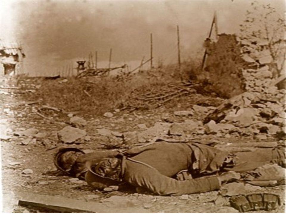 •Poilus au repos Guetteur au poste d'écluse, 1916