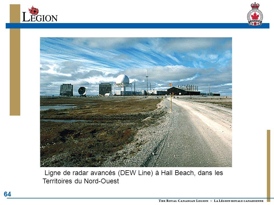64 Ligne de radar avancés (DEW Line) à Hall Beach, dans les Territoires du Nord-Ouest