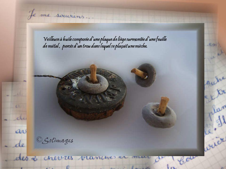 Veilleuse à huile composée d'une plaque de liège surmontée d'une feuille de métal, percés d'un trou dans lequel se plaçait une mèche.
