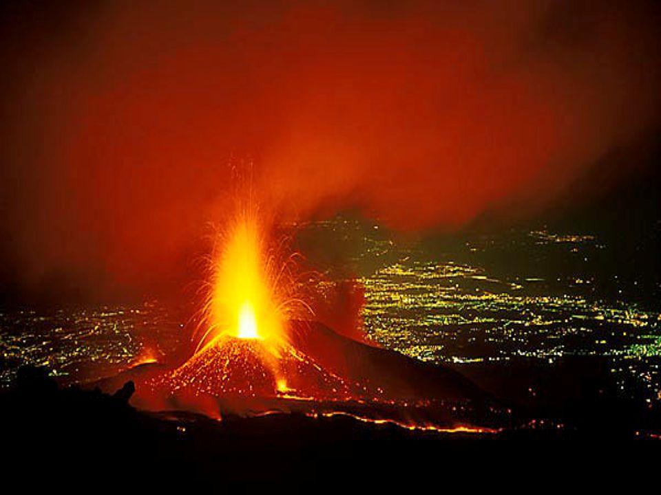 Juillet 2001 L'Etna, en Sicile, est éventré par des failles qui vomissent des torrents de lave.