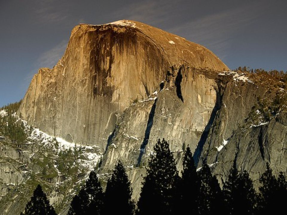Half Dome est l'important vestige d'un énorme massif de granit dont la moitié s'est déchirée et a été relevée par le passage des glaciers durant l'ère quaternaire, au moment où ils se retirérent de la chaîne des montagnes du Nevada en Californie, USA.