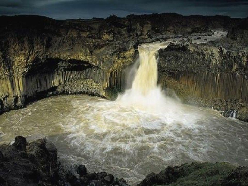 Au nord de l'Islande, la rivière Skälfandaflöt déverse, dans la fosse de Aldeyjarfoss, ses flots chargés de cendres, formant la structure en tubes d'orgue des parois balsatiques.