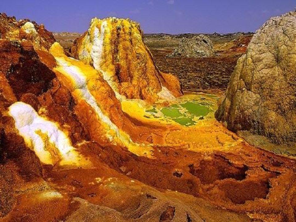 En Ethiopie, le site hydrothermal de Dallol déploie un arc en ciel Minéral et sombre dans le coeur de la dépréssion Danakil, qui occupe le fond du Rift.