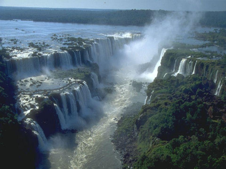 Les chutes d'Iguazu ( leur nom vient du garani qui veut dire grande eau ) sont formées par 275 sauts de plus de 70 mètres de haut, alimentés par le débit du fleuve Iguazu.