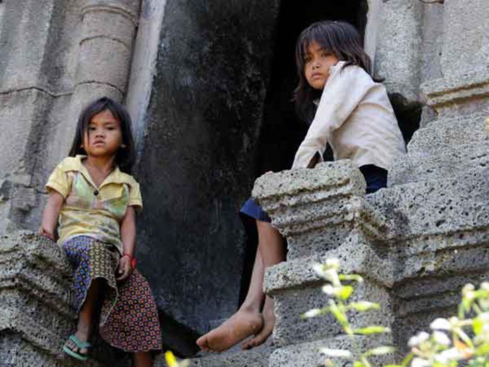 Quand elles revinrent, le père n avait pas davantage de riz à leur donner et il alla les perdre une nouvelle fois, mais dans une forêt si éloignée que les fillettes ne purent retrouver leur chemin.