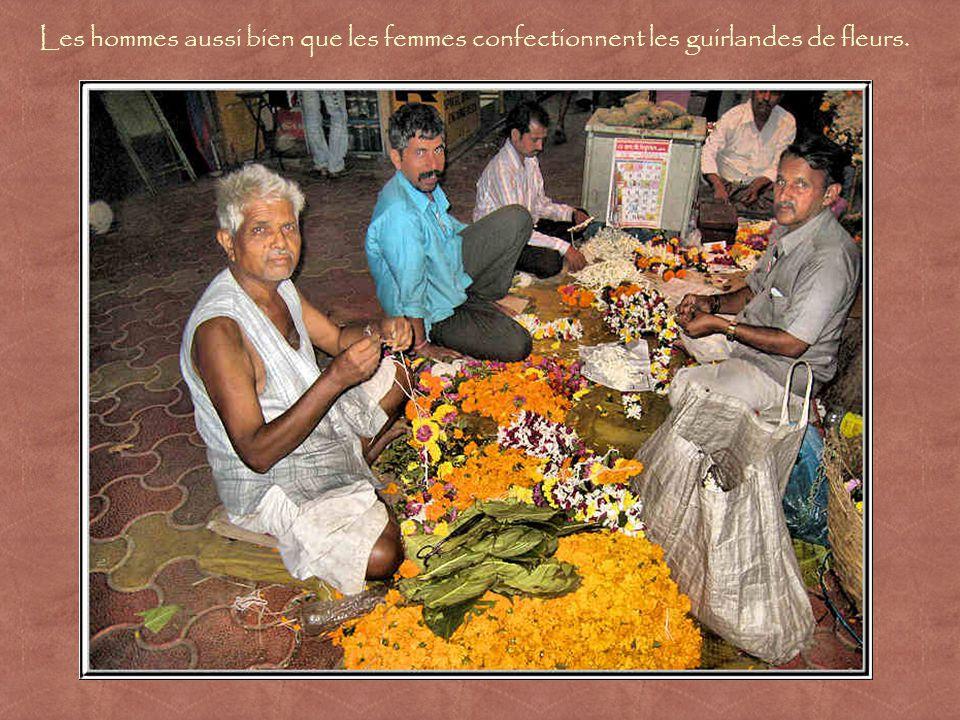 Les fleurs sont achetées à plusieurs fins : ornements dans la chevelure des femmes, colliers de bienvenue ou offrandes pour les dieux.