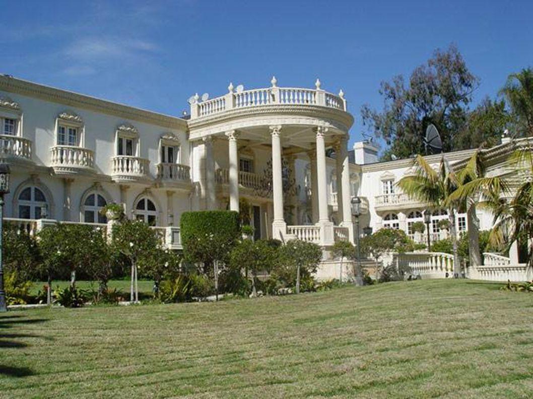 Regardez les photos qui suivent et, à la fin, vous allez découvrir à qui appartient cette demeure.