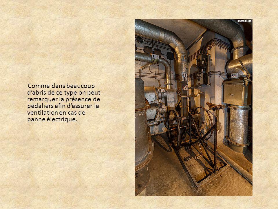 Comme dans beaucoup d'abris de ce type on peut remarquer la présence de pédaliers afin d'assurer la ventilation en cas de panne électrique.