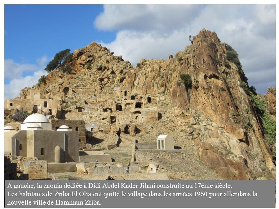 A gauche, la zaouia dédiée à Didi Abdel Kader Jilani construite au 17éme siècle. Les habitants de Zriba El Olia ont quitté le village dans les années