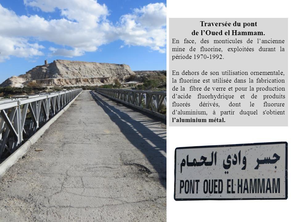 Traversée du pont de l'Oued el Hammam. En face, des monticules de l'ancienne mine de fluorine, exploitées durant la période 1970-1992. En dehors de so