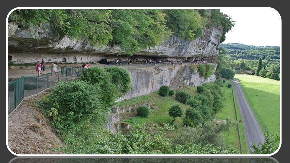 A mi-chemin entre Les Eysies et Montignac, sur la commune de Peyrac-le-Moustier, dans l'un des plus beaux paysages du Périgord, s'élève à pic sur la V