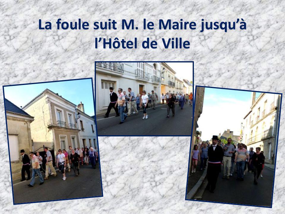 La foule suit M. le Maire jusqu'à l'Hôtel de Ville
