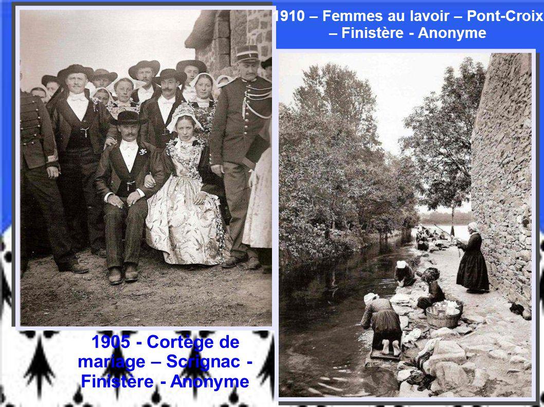 Bigoudens à la sortie de la messe – Plouénour-Lanvern – Finistère Paul Michels