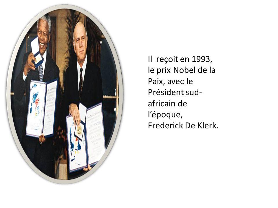 Il reçoit en 1993, le prix Nobel de la Paix, avec le Président sud- africain de l'époque, Frederick De Klerk.
