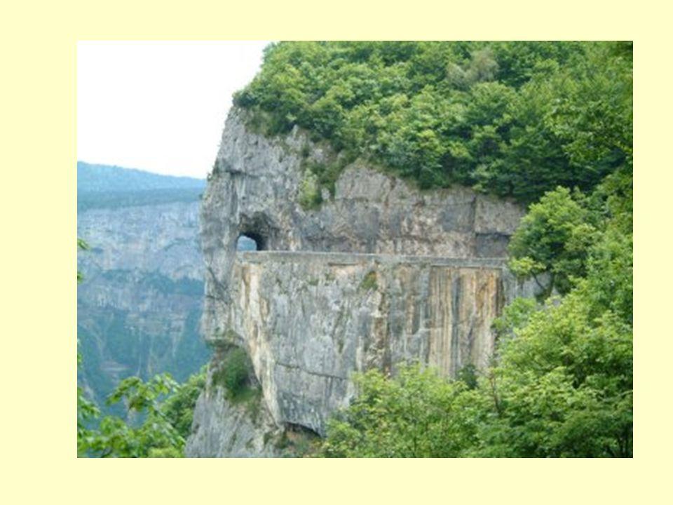 Route très touristique avec vue sur la plaine, elle domine toute la vallée du Royans. Route de Combe Laval