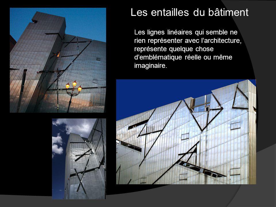 Les entailles du bâtiment Les lignes linéaires qui semble ne rien représenter avec l'architecture, représente quelque chose d'emblématique réelle ou même imaginaire.