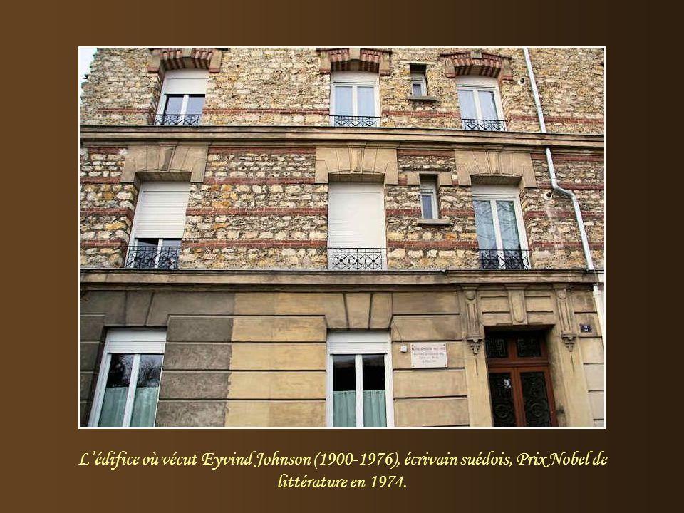 La fontaine Rachel Au début du XXe siècle, un édicule à fenêtres ogivales néo-gothiques et à pinacles, venant de la propriété Rachel, sert de décor à