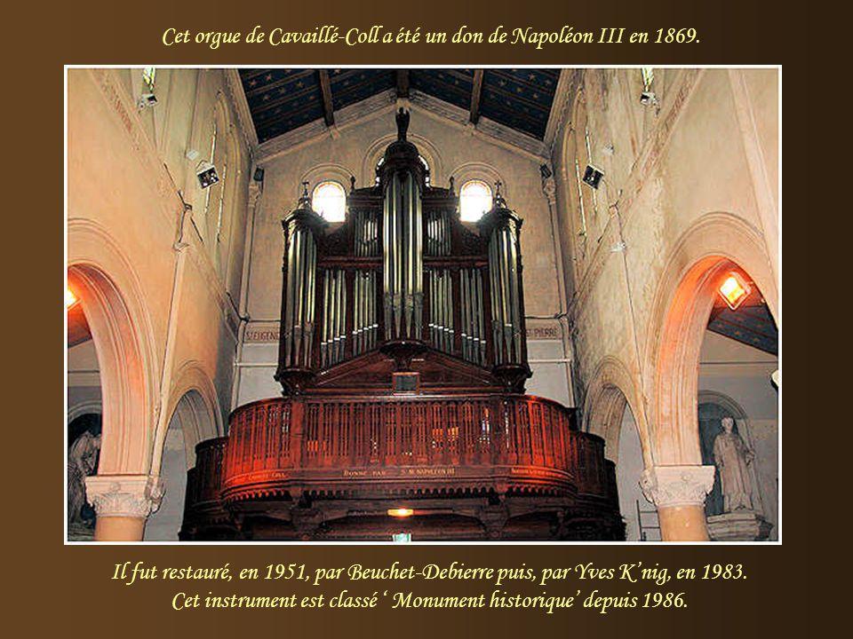 Photo de Guy Barat. A droite, la nef et le chœur de l'église. Ci-dessus, la voûte étoilée sur fond bleu qui rappelle l'époque napoléonienne.
