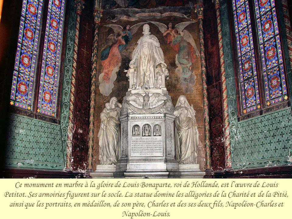Cette statue de la Vierge et l'Enfant est l'œuvre de Pierre-Nicolas Tioler qui la présente au salon de 1831. Achetée par le colonel de Béville, elle e