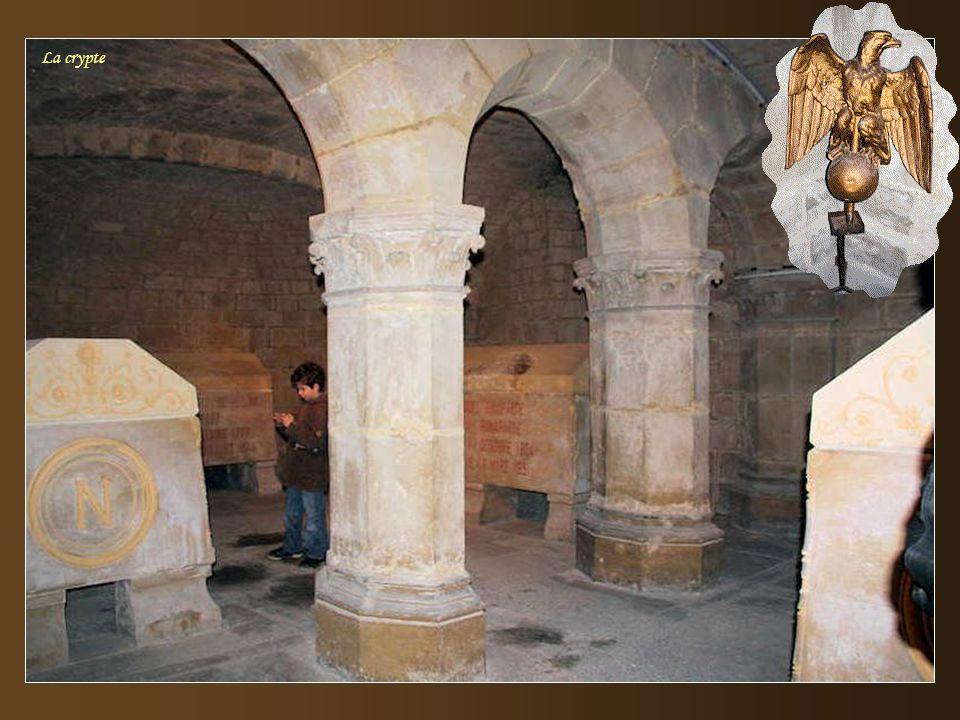 La chapelle latérale est le lieu de sépulture des trois sœurs Auguié, nièces de Mme. Campan, première surintendante de la Maison d'éducation de la Lég