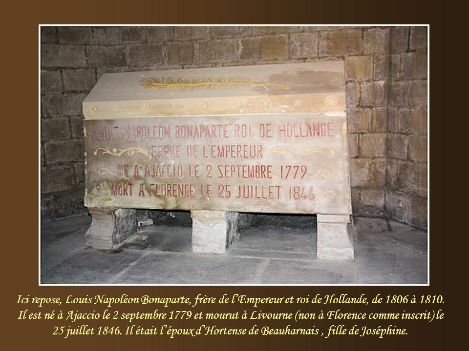 Jusqu'en 1951, reposait, dans ce tombeau, Charles Bonaparte, père de l'empereur Napoléon, né en 1746 à Ajaccio et mort à Montpellier, le 24 avril 1785