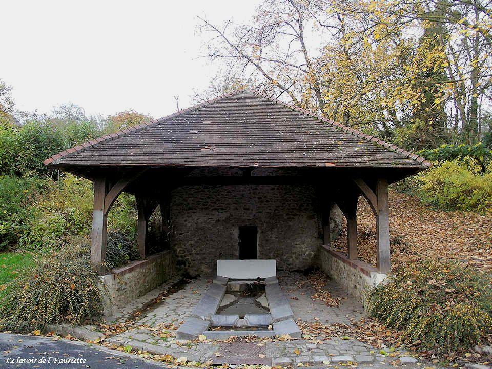 Cet immense réservoir fut construit en 1873 pour fournir de l'eau aux habitants pendant la saison des « chaleurs ». Doté d'une capacité de 300 000 lit