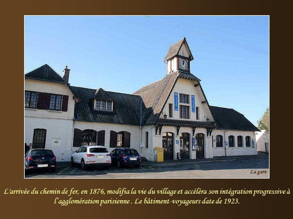 Saint-Leu la Forêt est située dans le Val d'Oise, aux confins de la forêt domaniale de Montmorency et jouxtant Taverny. D'ailleurs, en 1806, les écrit