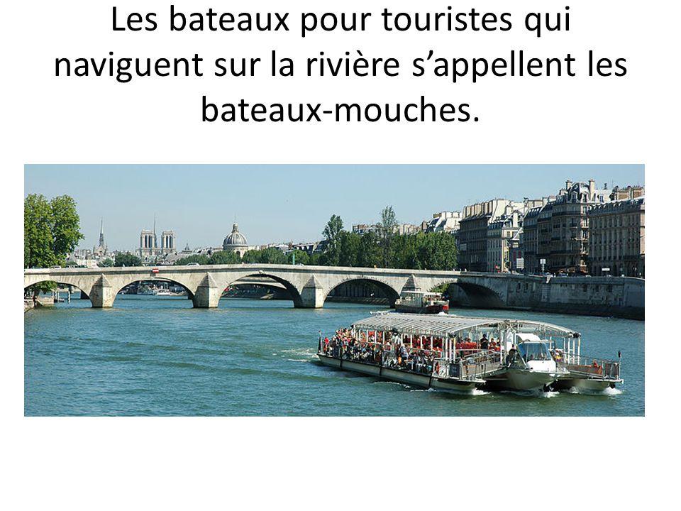 Les bateaux pour touristes qui naviguent sur la rivière s'appellent les bateaux-mouches.