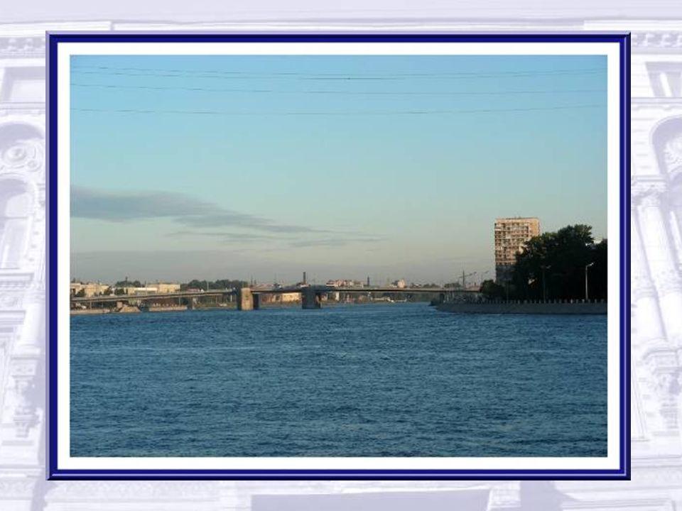 Les bateaux de croisière ne remontent pas jusqu'au port de la ville. Ils accostent à la périphérie.