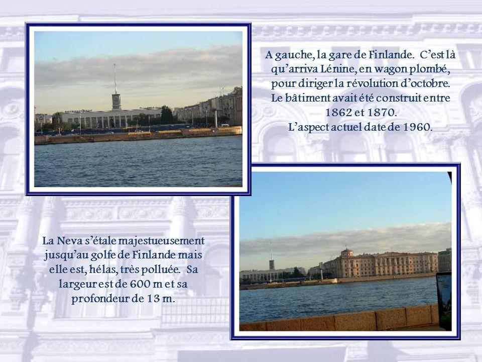 Le pont Pierre Ier est l'un des neuf grands ponts montants. L'ouverture du passage pour les bateaux se fait chaque nuit entre avril et novembre. L'hor