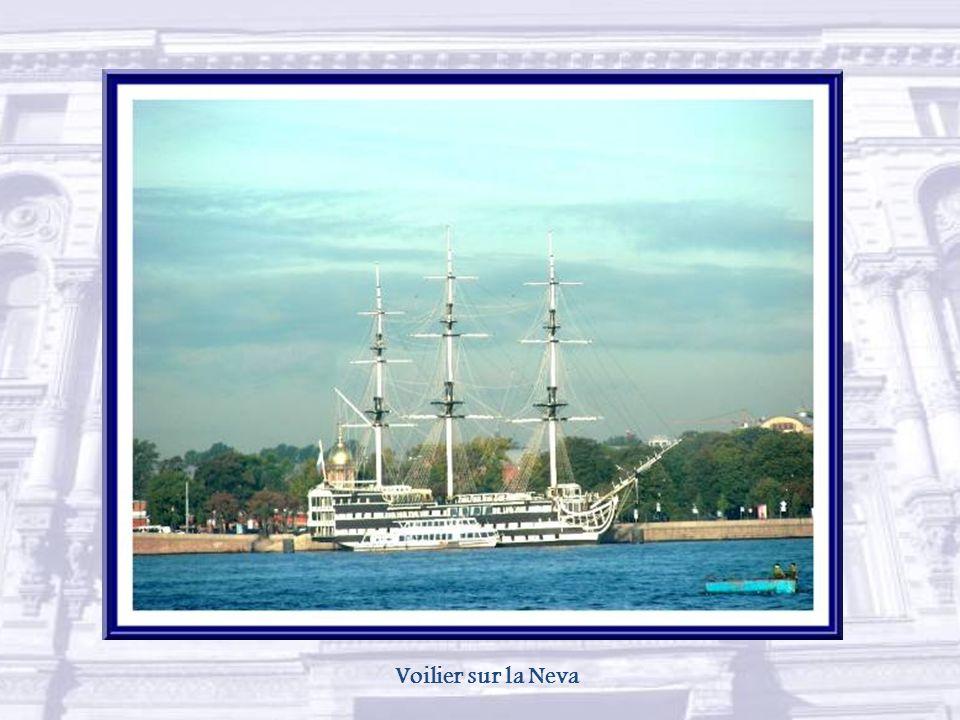 Le pont de la Trinité est l'un des plus beaux ponts de Saint-Pétersbourg. Il a été inauguré en 1903 pour le bicentenaire de la ville, en présence du p