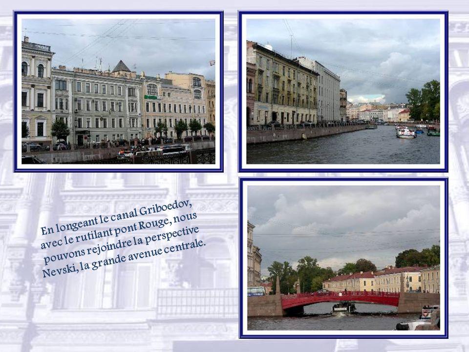 Près du Palais Marie qu'il relie à la place Saint-Isaac, le Pont Bleu avec ses 97,3 m de largeur, est le plus large de la ville ce qui fait que l'on a