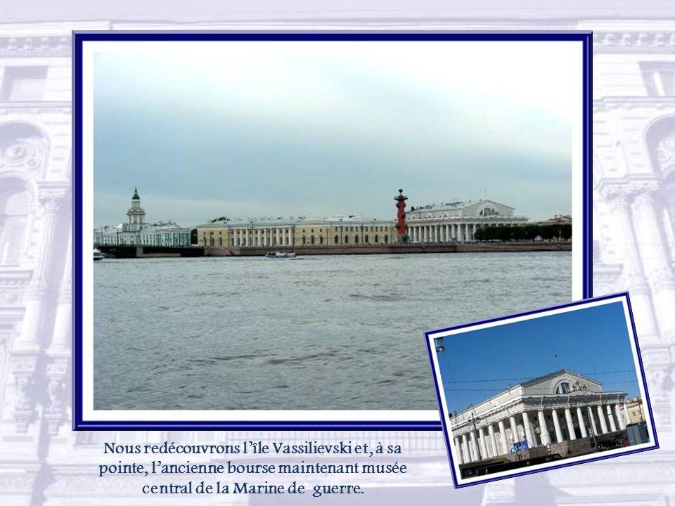 Saint-Pétersbourg possède son pont des Soupirs entre le musée et le théâtre de l'Ermitage pour rejoindre les grands espaces de la Neva.