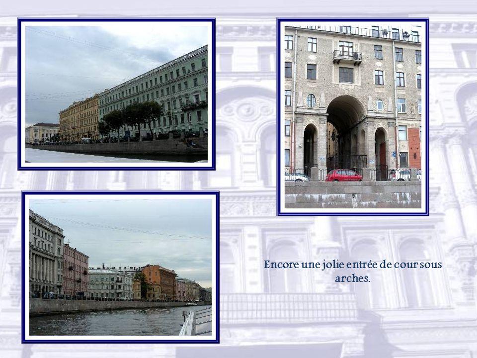 On retrouve le pont Anitchkov. Le palais de style classique Bellosselski-Belozerski abrite maintenant un centre culturel et un office de tourisme.