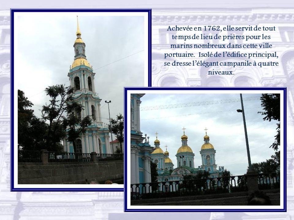 Empruntant le canal Krioukov, nous découvrons la cathédrale Saint-Nicolas-des-Marins.