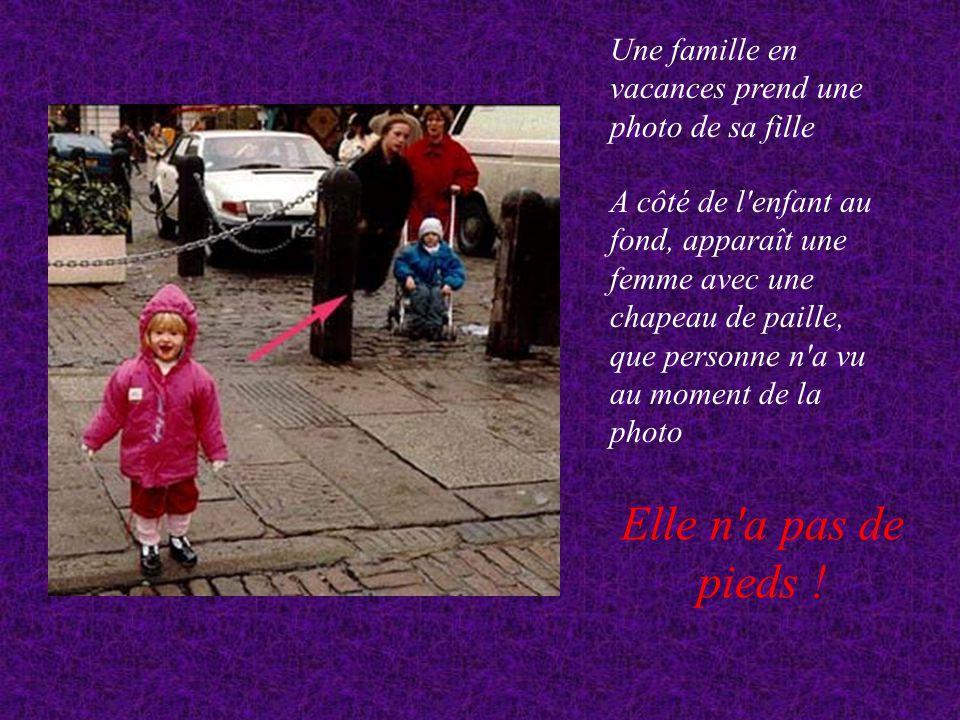 Une famille en vacances prend une photo de sa fille A côté de l enfant au fond, apparaît une femme avec une chapeau de paille, que personne n a vu au moment de la photo Elle n a pas de pieds !