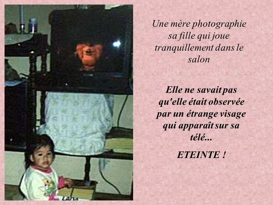 Une mère photographie sa fille qui joue tranquillement dans le salon Elle ne savait pas qu elle était observée par un étrange visage qui apparaît sur sa télé...