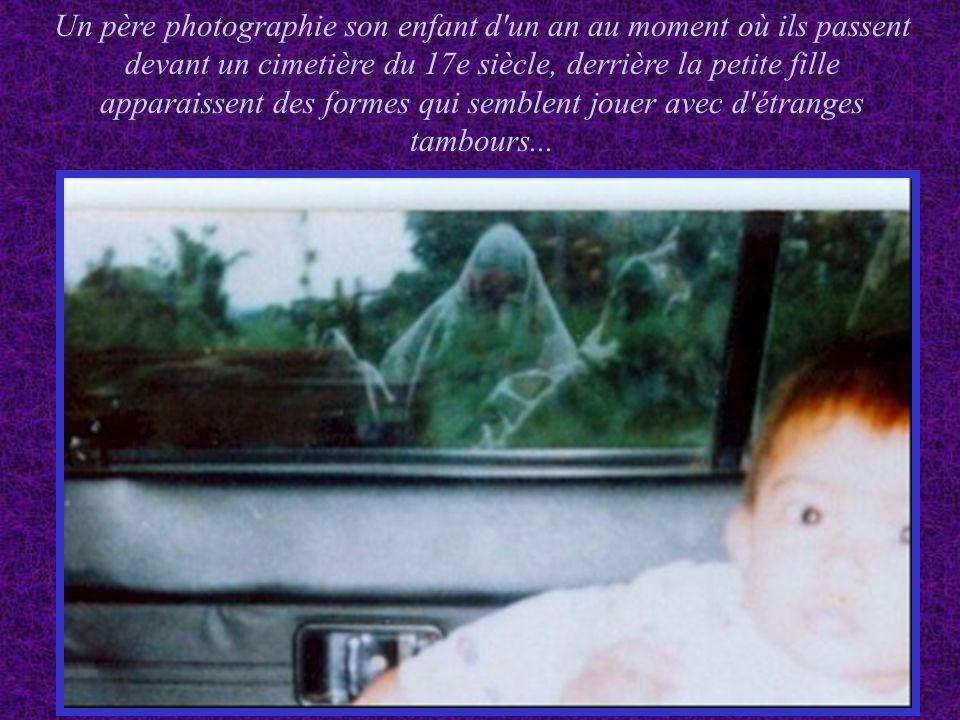 Un photographe a pris cette photo en Indonésie en 1993, l endroit avait été le lieu d un terrible massacre massif que le reporter voulait illustrer avec une image la scène du crime CECI EST CE QUI EST APPARU SUR LA PHOTO LORSQU IL L A DEVELOPPEE