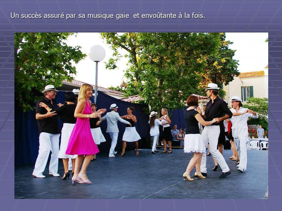 et … séduits par le rythme et l'élégance des danseurs et danseuses de « salsa ».