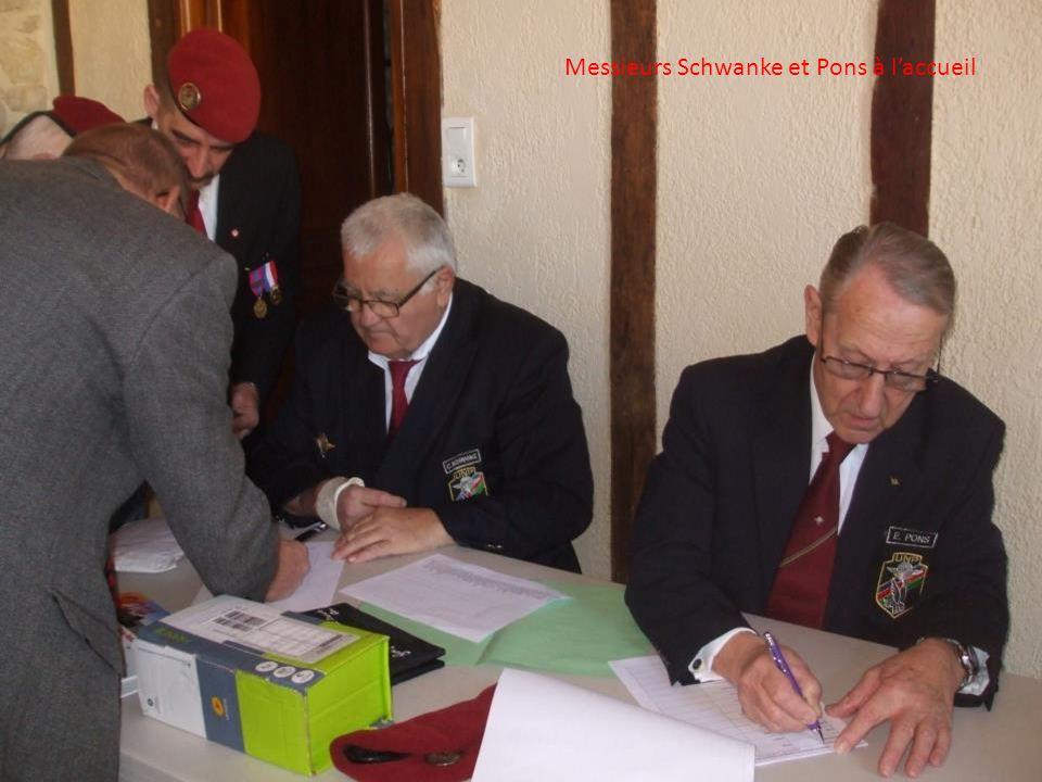 Le général Cambournac, vice-président national de l'UNP, à gauche, en conversation avec monsieur Baylac, maire de la commune