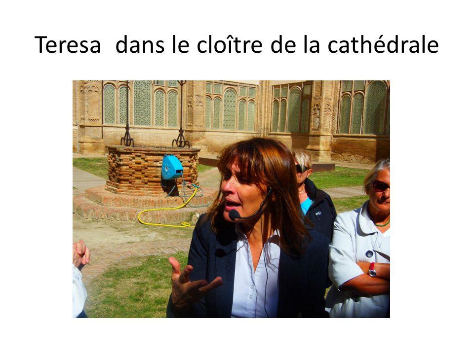 Teresa dans le cloître de la cathédrale